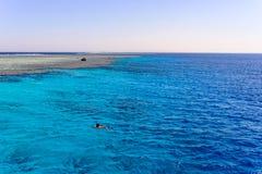 Mężczyzna dopłynięcie w oceanie z piaska banka Fotografia Royalty Free
