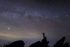 Mężczyzna dopatrywania gwiazda w pięknym czasie Zdjęcia Stock