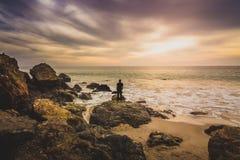 Mężczyzna dopatrywania zmierzch w Malibu zdjęcie royalty free