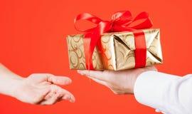 Mężczyzna dosięga out prezent młoda kobieta Fotografia Royalty Free
