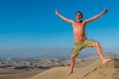 Mężczyzna doskakiwania pustyni peruvian wybrzeże Ica Peru Obrazy Royalty Free