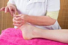 mężczyzna dostaje akupunkturze nożnego traktowanie w zbliżeniu obraz royalty free