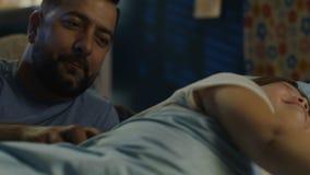 Mężczyzna dostaje dziewczyny łóżko w domu zdjęcie wideo
