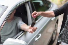 Mężczyzna dostaje jego samochodów klucze Obrazy Royalty Free