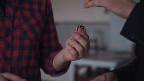 Mężczyzna dostaje klucz od nowego posiada mieszkanie w zamkniętym widoku Rodzinny szczęśliwy dzień pomyślny przeniesienie kupować zbiory wideo