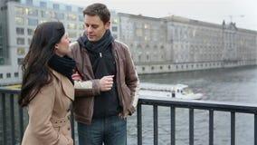 Mężczyzna dostaje rozmowę telefonicza na smartphone zdjęcie wideo