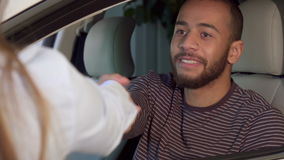 Mężczyzna dostaje samochodu klucz przy przedstawicielstwem handlowym zbiory