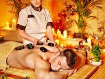 Mężczyzna dostaje terapia kamiennego masaż. Zdjęcia Royalty Free