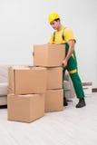 Mężczyzna dostarcza pudełka podczas domowego ruchu fotografia stock