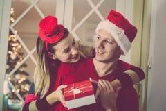Mężczyzna dostawania niespodzianka teraźniejsza dla bożych narodzeń od jej żony Miłości i zimy wakacji pojęcia zdjęcie stock