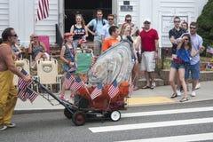 Mężczyzna dosunięcia gigantyczna ostryga w Wellfleet 4th Lipiec parada w Wellfleet, Massachusetts Obrazy Stock