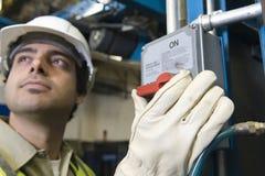 Mężczyzna dosunięcia guzik W fabryce Zdjęcie Stock