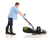 Mężczyzna dosunięcia lawnmower Obrazy Royalty Free