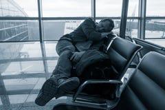 Mężczyzna dosypianie w lotnisku zdjęcie royalty free