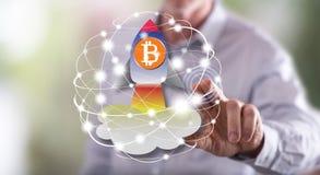 Mężczyzna dotyka bitcoin wzrosta pojęcie obrazy royalty free