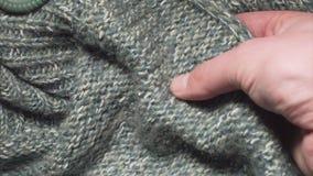 Mężczyzna dotyka gładkiego zielonego akrylowego płótno w tkaniny robi zakupy zbiory