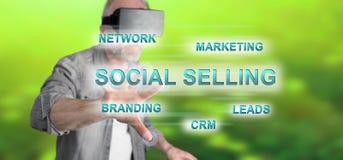 Mężczyzna dotyka ogólnospołecznego sprzedawania pojęcie Fotografia Royalty Free