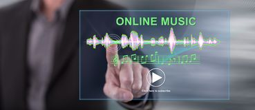Mężczyzna dotyka online muzycznego pojęcie obrazy royalty free