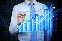 Mężczyzna drawig rynków walutowych prętowy wykres Fotografia Stock