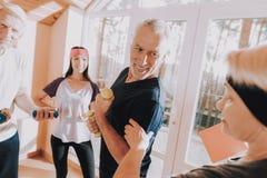 mężczyzna dumbbells Opieka zdrowotna lifestyle instruktor obrazy royalty free