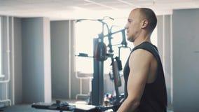 Mężczyzna dumbbells trening w gym zdjęcie wideo