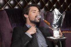 Mężczyzna dymienia nargile przy arabską restauracją Obrazy Stock