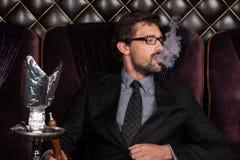 Mężczyzna dymienia shisha w restauraci Fotografia Stock