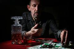 Mężczyzna dymu drymba i sztuka grzebak obraz stock