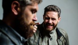 Mężczyzna dyskutuje podczas gdy faceta odczucie zmartwiony Odczucie winny Nie udać się i nieporozumienie Mężczyzna nie udać się t zdjęcie royalty free