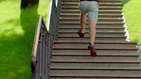 Mężczyzna działający up schodki Sprawność fizyczna mężczyzna biega na piętrze w parku zbiory wideo