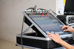 Mężczyzna działania dźwięka kontrola na zakulisowym Zdjęcia Royalty Free
