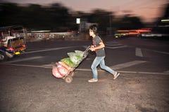 Mężczyzna działanie przy noc rynkiem w Bangkok Zdjęcie Royalty Free