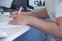 Mężczyzna dzierżawi samochód w biurze, zapłata, samochodowy wybór, podpisuje kontrakt obrazy royalty free