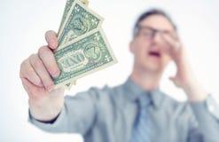 Mężczyzna dzwoni papierowego pieniądze w jego ręce i trzyma, płytka głębia pole zdjęcia stock
