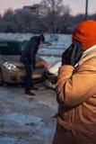 Mężczyzna dzwoni samochodowa pomoc po trzaska Obrazy Stock