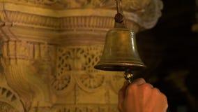 Mężczyzna dzwoni starego brązowego dzwon w India zdjęcie wideo