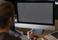 Mężczyzna edytorstwa fotografie na komputerze obrazy stock