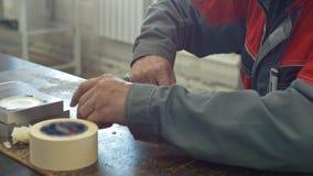 Mężczyzna fabrykuje CNC maszyny pracuje z nożem z metalu detailfor zdjęcie wideo