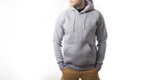 Mężczyzna, facet w pustego miejsca popielatym hoodie, bluza sportowa, egzamin próbny up odizolowywający Śliwki obraz royalty free