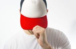 Mężczyzna, facet w pustym bielu, czerwona baseball nakrętka na białym tle, egzamin próbny up, bezpłatna przestrzeń, logo prezenta zdjęcie stock