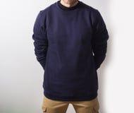 Mężczyzna, facet w Pustym marynarki wojennej hoodie, bluza sportowa, egzamin próbny up odizolowywający Śliwki fotografia royalty free