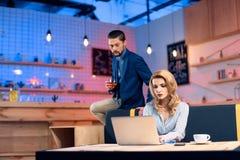 Mężczyzna flirtuje z kobietą w barze Obraz Royalty Free