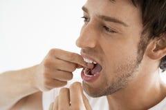 Mężczyzna Flossing Jego zęby Zdjęcie Royalty Free