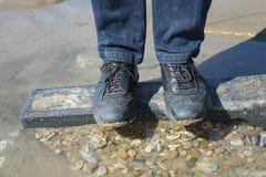 Mężczyzna foots na morze kamieniu obrazy stock