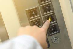 Mężczyzna forefinger naciska sześć podłogowych guzików w windzie Fotografia Royalty Free