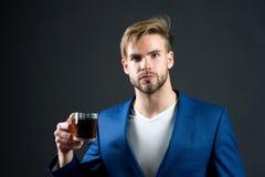 Mężczyzna formalny elegancki kostium cieszy się kawowego ciemnego tło Biznesmena faceta napoju elegancka herbata lub kawa filiżan zdjęcie stock