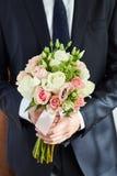 Mężczyzna fornal trzyma Bridal bukiet Fornal spotyka pann młodych wi fotografia stock