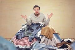Mężczyzna forsujący z housekeeping fotografia stock