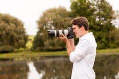 Mężczyzna fotografie outdoors Obraz Stock