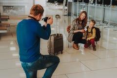 Mężczyzna fotografuje żony i syna przed odjazdem fotografia stock